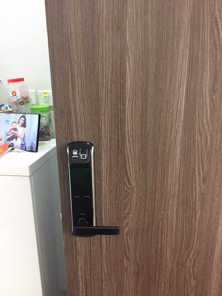 Khoa cua van tay Unicor UN-7200BK-lapdat